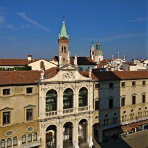 Piazza dei Signori con il Monte di Pietà e la chiesa di S. Vincenzo