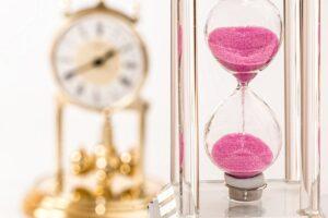 Il tempo misurato da una clessidra. Foto di Steve Buissinne da Pixabay
