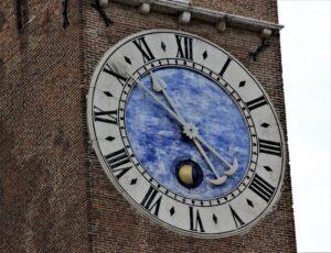 Dal 2002 è stato collocato sulla torre Bissara un nuovo orologio atomico donato alla città da Stefano Soprana e dal famoso atelier svizzero Parmigiani di Fleurier
